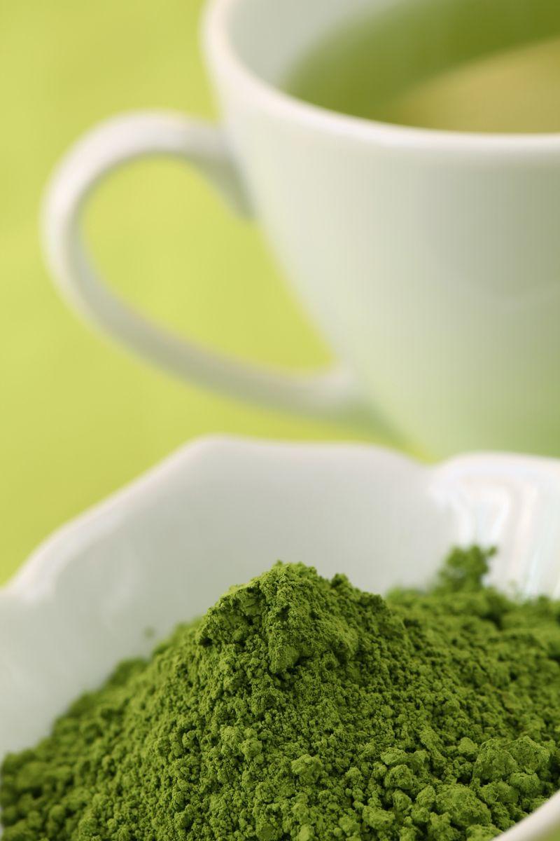 Matcha Pulver und Tess mit grünem Tee