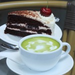 Matcha als Alternative zu Kaffee mit Torte
