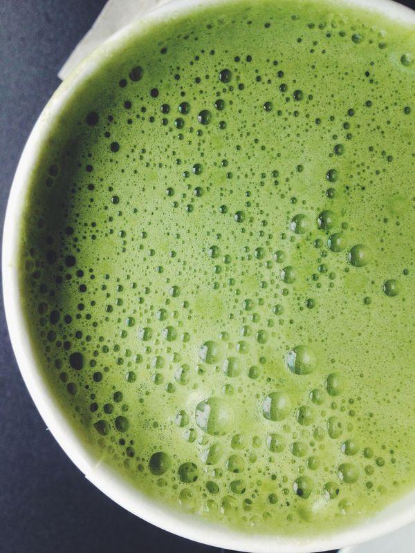 Premium Matcha Tee schaumig aufgeschlagen