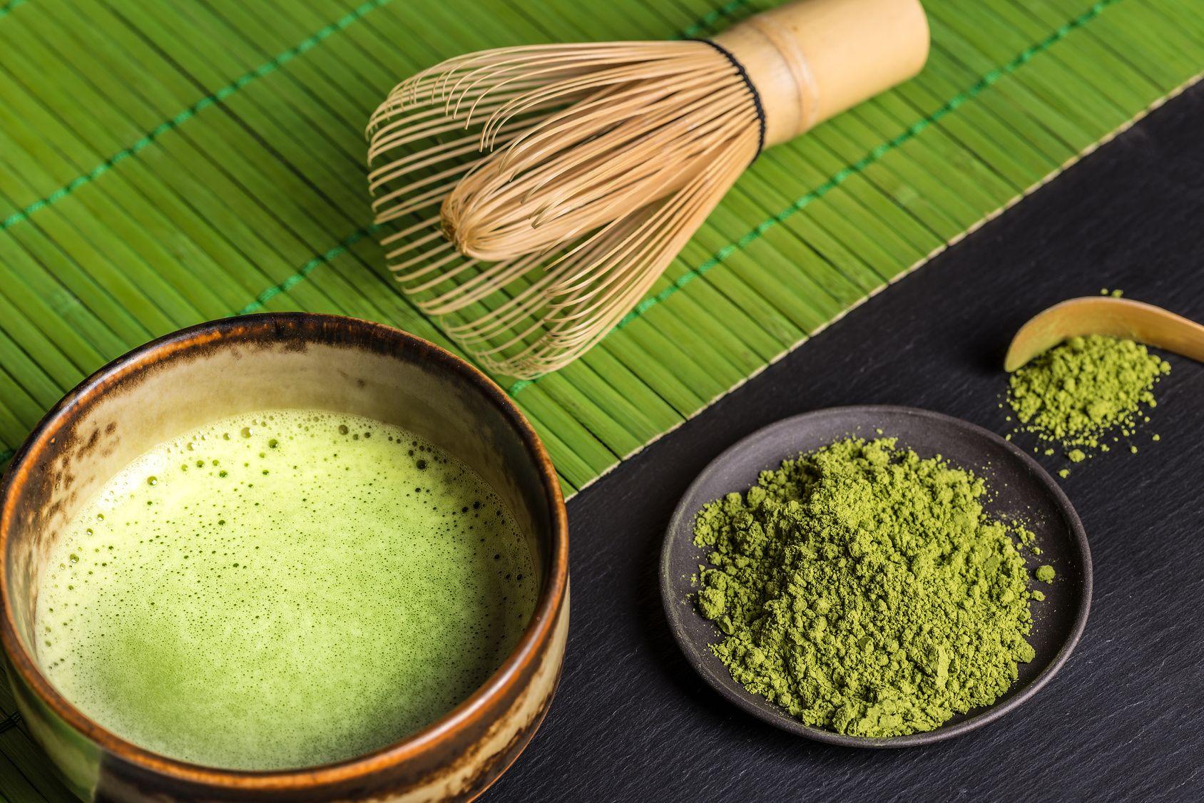 Matcha Tee mit Utensilien zur Zubereitung